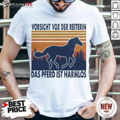 Hot Horse Vorsicht Vor Der Reiterin Das Pferd Ist Harmlos Vintage Retro Shirt- Design By Daintytee.com