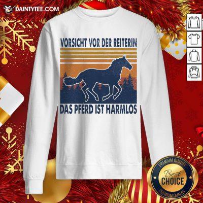 Hot Horse Vorsicht Vor Der Reiterin Das Pferd Ist Harmlos Vintage Retro Sweatshirt- Design By Daintytee.com